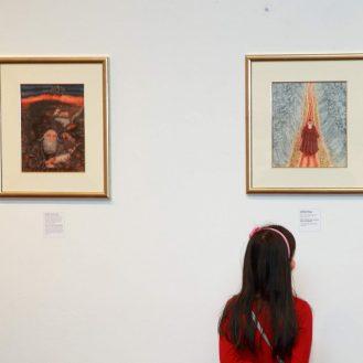 Publika razgleda izložbu Arika Brauera u MUO