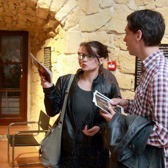 Jasmina Fučkan i publika u prigodi otvorenja izložbe Katedrala i Komersteiner , Domitrovićeva kula, Kaptol 31