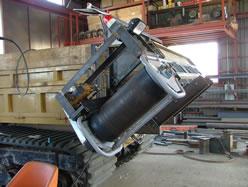 製造中の疎水材投入機