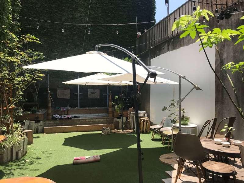 PUBLIC CAFE BAR PARK/ING(パーキング)の中庭
