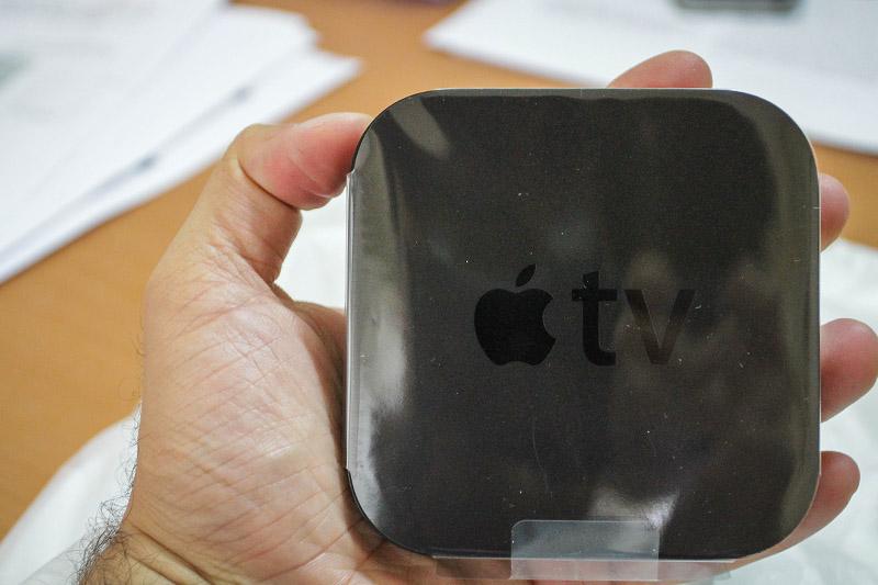 Cihaz 23 mm'lik yüksekliğe ve 98 mm'lik genişliğe/derinliğe sahip kare, avuç içi boyutlarında bir cihaz. 1. nesil Apple TV 1 kg gelirken yeni nesil Apple TV'ler sadece 270 gram.