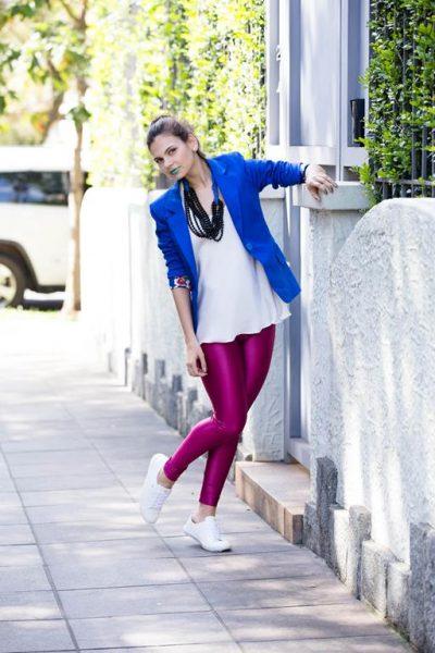 Max colar, blazer azul bic e calça cirre rosa com tênis branco