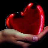 mano sosteniendo un corazón renovado
