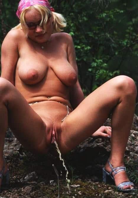 Pissende Fotze mit prallen Titten  Muschi Held