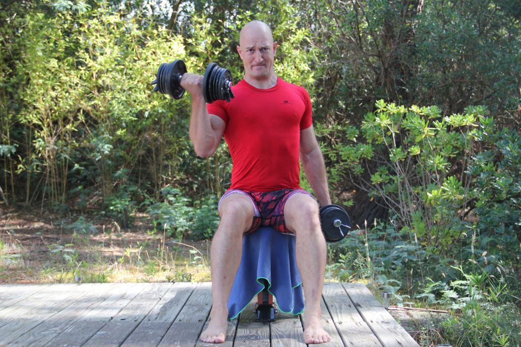 Curl avec rotation assis unilatéral alterné avec haltère