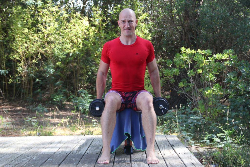 Curl prise marteau assis bilatéral avec haltères