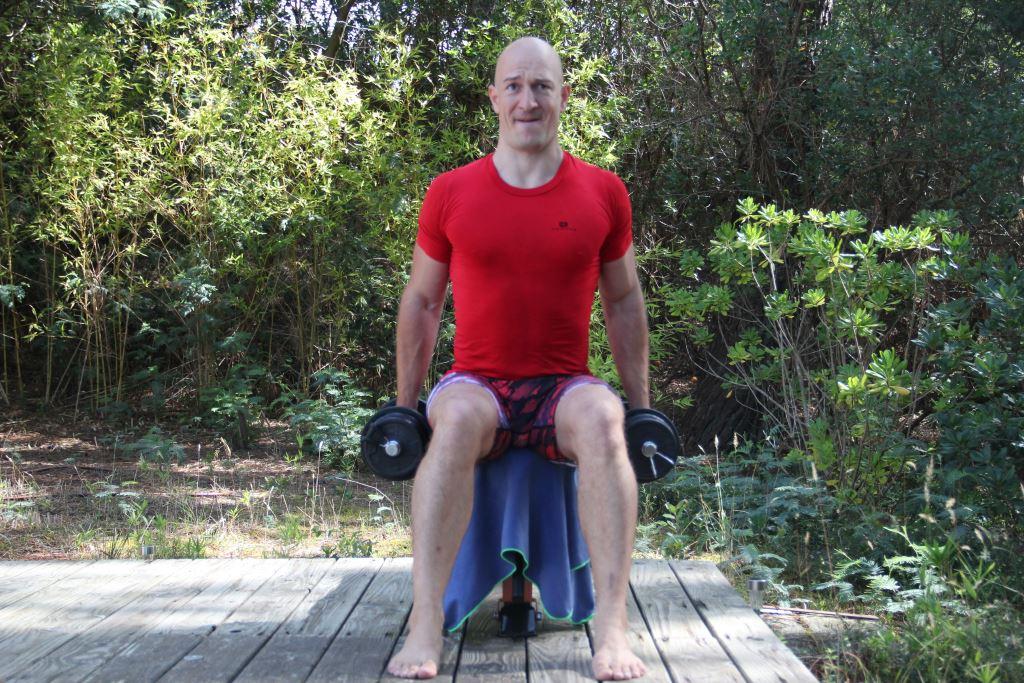 Curl prise marteau assis unilatéral alterné avec haltères
