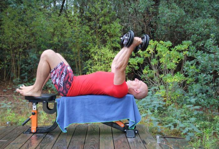 Extension triceps couché bilatéral avec haltères