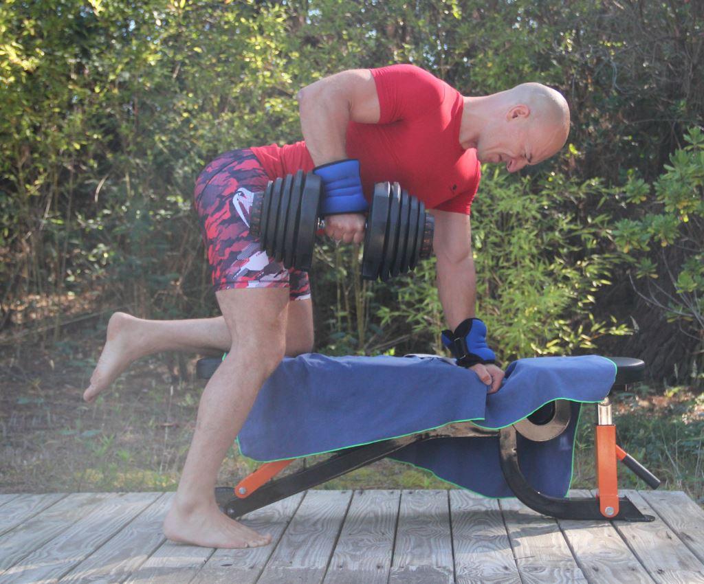 Rowing à un bras avec haltère (gros plan)