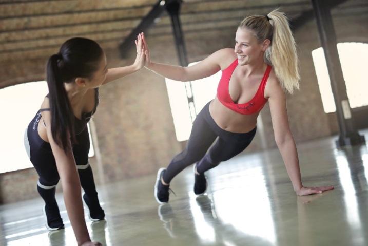 cuerpo femenino en el gimnasio