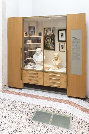 Cabinets de curiosité avec les bustes des deux fondateurs du Hiéron