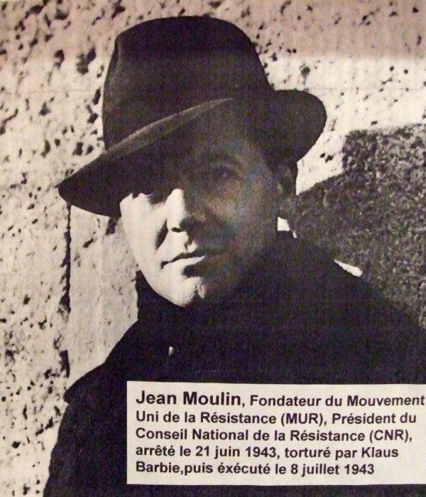 A l'initiative du Général De Gaulle, unification des mouvements de Résistance par Jean Moulin