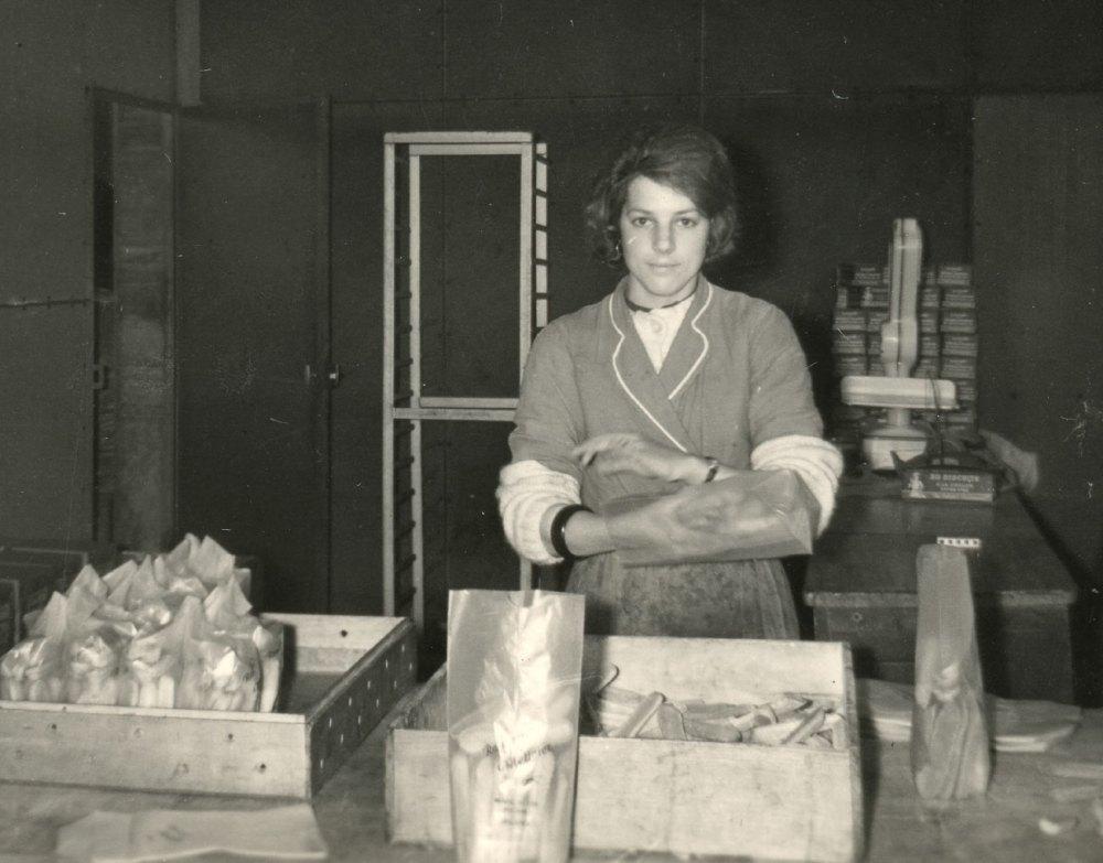 Claudine Bonnion dans l'atelier (fin des années 1950)