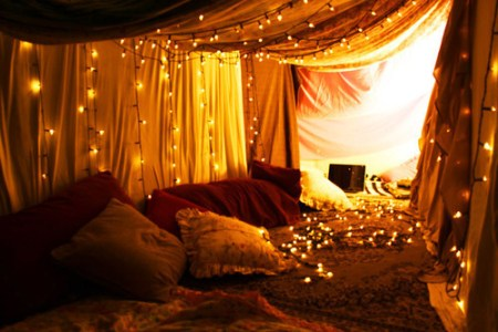 bed-fort-imagination-lights-lovely-pillows-Favim.com-96061