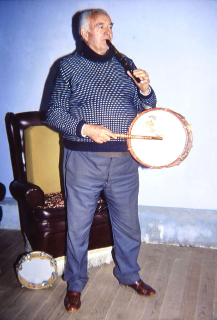 Tocando la flauta y tamboril / Fuente: Museo Etnográfico de Castilla y León (web)