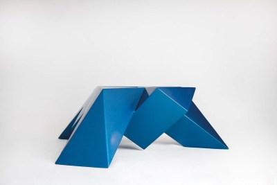 Tortuga trípode, triángulo | 2017 Placa de acero y laca acrílica azúl 15 x 40 x 43 cm