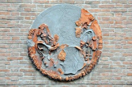 Medaglione in terracotta (seconda metà del XV secolo) collocato sopra il portone d'ingresso della facciata principale di Palazzo Sforza
