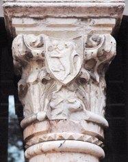 Palazzo Sforza Capitello in marmo con stemma con leone rampante e pomo cotogno