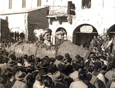 La Ruscaia, maschere di Varoli che spuntano da una grande botte di vino in una delle prime parate della Segavecchia del dopoguerra, e che ritraggono avvinazzati e perdigiorno cotignolesi