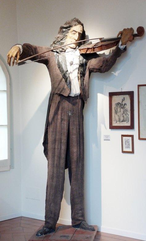 Luigi Varoli, Il trillo del diavolo, 1950 ncirca, pupazzo in cartapesta, legno e stoffa raffigurante Niccolï Paganini (alt cm 252)