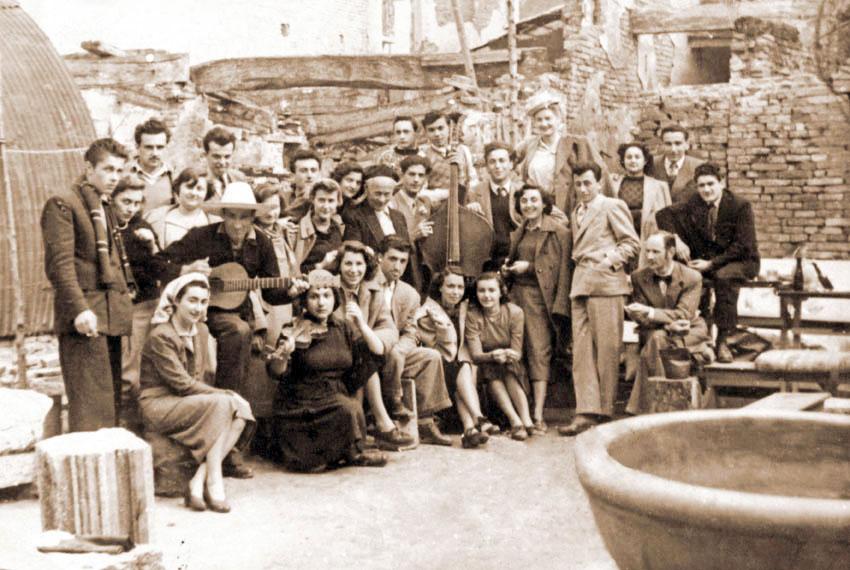 Varoli (al centro) con allievi e amici nel cortile della sua casa nell'immediato dopoguerra