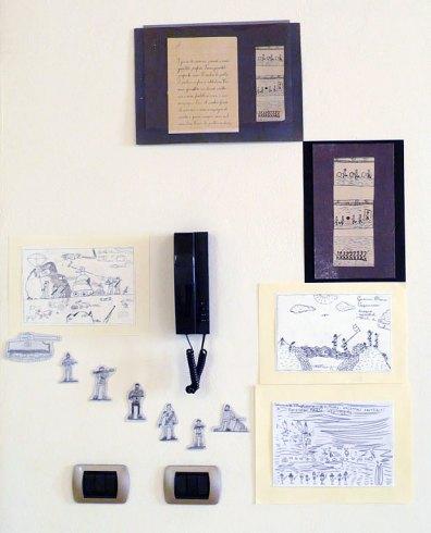 """Allestimento della mostra """"I bambini dell'arti e mestieri ridisegnano i disegni di E' val"""""""