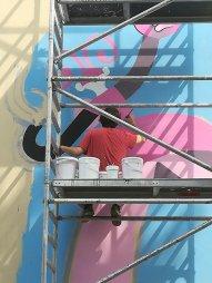 Martoz al lavoro sul muro della scuola Arti e Mestieri2