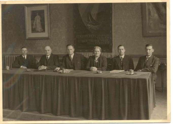 De Gascommissie van het Gem. Gasbedrijf Beverwijk, bestaande uit: G. Welagen, lid; H.J. de Groot, directeur; W. van Dok jr., wethouder-voorzitter; Mw T. Kemp-Haan, lid; W.C. Huisman, secr.; N. Passchier, lid. Bron: Gedenkschrift Gem. Gasbedrijf 1 Juli 1890 - 1 Juli 1940.