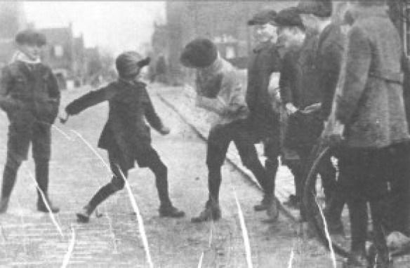 In het blad Utrecht in Woord en Beeld in 1927 stond een aantal foto's op een pagina met de kop 'Elinckwijk'. De redactie voorzag de foto van de tekst: 'Zooals overal, beslecht ook in deze wijk de jeugd haar geschillen met een frisch robbertje. Nieuwsgierig kijken de vrienden in de Marconistraat toe wie de ''knock-out'' zal krijgen.'