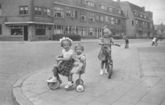 Kinderen Jansen die spelen op de hoek van de Ampèrestraat en de Galvanistraat. Mooi plaatje van een autoloze straat.