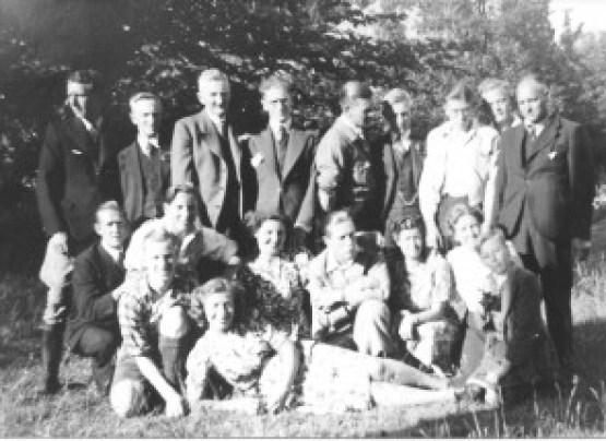 Het personeel van bakkerij 'De Tijdgeest' van de heer Plantinga in de Swammerdam-straat is in 1937 een dagje uit. De chef, mijnheer Wegrif, staat geheel rechts op de foto. In haar witte blouse staat juffrouw Wegrif. Vijfde van rechts staat bakker Kobus. Op de voorgrond ligt E.C. Stekelenburg. In het midden achter haar knielt Sjerk Innikel.