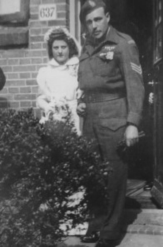 'Getrouwd! Jacoba met haar sergeant, een van de vele huwelijken van een Nederlands meisje met een van de bevrijders.'