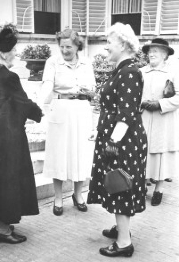 Deze foto komt uit het familiealbum van de burgemeester van Zuilen, de heer O. Norbruis. Alweer zo'n familiekiekje dat je niet alle dagen tegenkomt. De vrouw van de burgemeester van Zuilen(rechts) is met 'opoe' Valkenstein en mejuffrouw Gerritsen op visite bij koningin Juliana in paleis Soestdijk. Het betreft een uitstapje van de Unie van Vrouwelijke Vrijwilligers die met de bejaarden van Zuilen een dagtocht maakten.