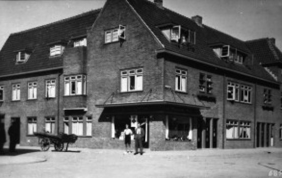 'Op nummer 19, de volgende hoek, heeft J.J. Kandelaar een melkhandel.' Links de Swammerdamstraat, rechts de Linnaeusstraat. Zijn voorganger was Dirk Vermeulen: 'die ventte met de hondenkar, en zijn vrouw deed de winkel'.