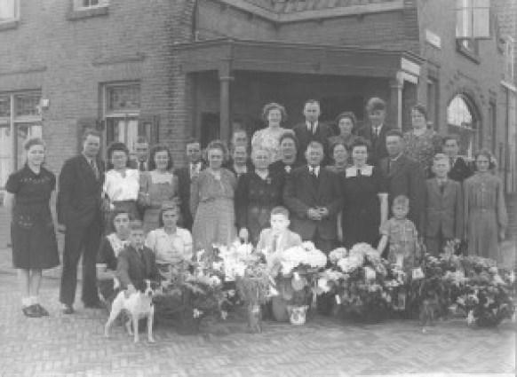 Dit is de familie Groenendaal, bij het 40-jarig huwelijksfeest van het echtpaar, waarbij alle familieleden op de foto gingen