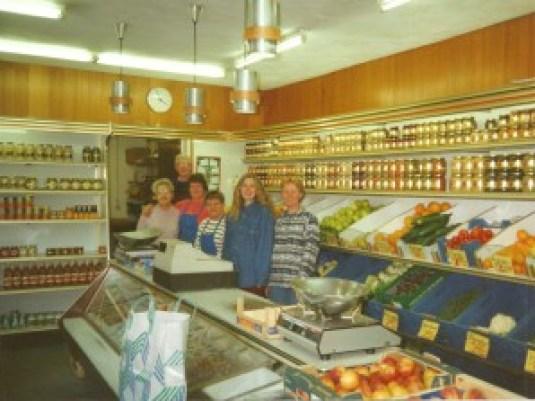 De heer en mevrouw Visser (links) in hun winkel op de hoek van de Swammerdamstraat en de Ampèrestraat