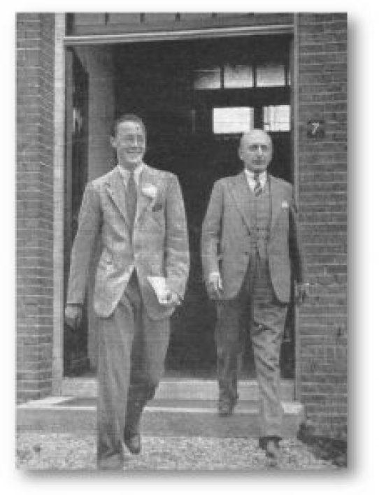 Prins Bernhard werd bij de Demka-fabrieken natuurlijk rondgeleid door de heer A.S. de Muinck Keizer zelf.