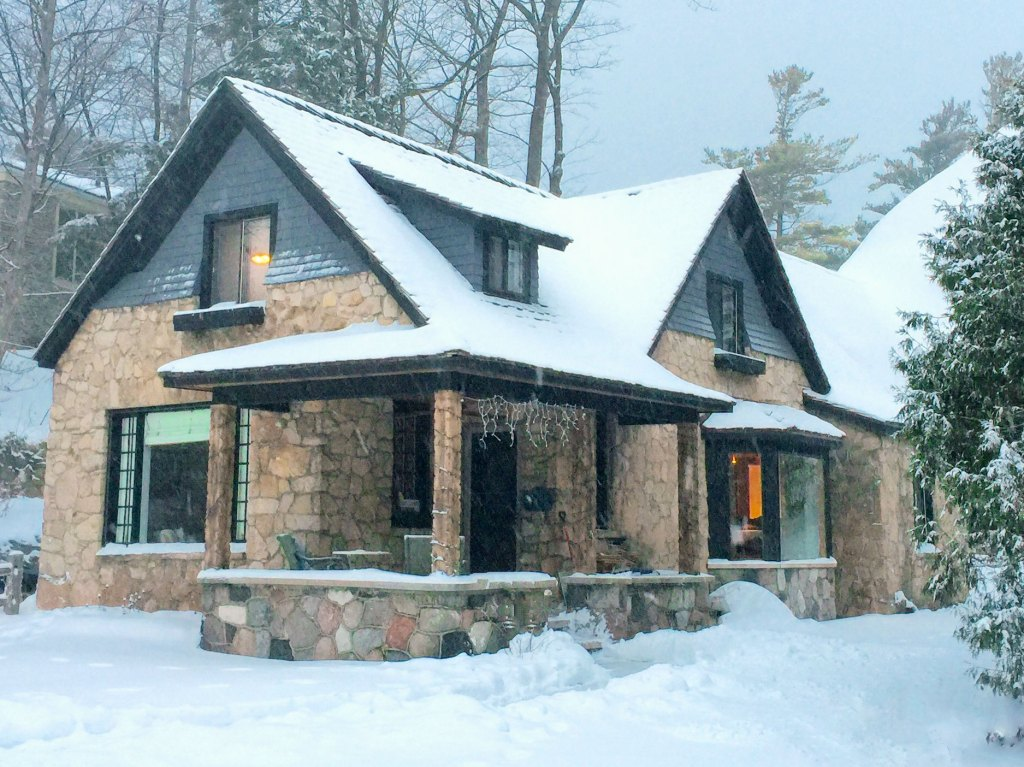 charlevoix-mushroom-houses-the-cottage-in-winter-1
