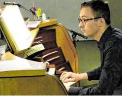 Tobias Leschke bei seinem Orgel-Debüt in St. Aloysius. - © Foto: Wolfgang Meutsch