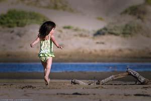 Bimba che salta sulla spiaggia