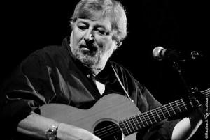 Il cantautore F. Guccini con la chitara