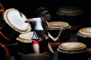 ragazza che danza tra le percussioni