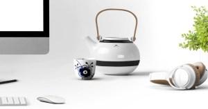 Bureau blanc, thé et écouteurs