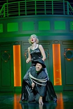 Bettina Möch (Reno Sweeney) und Boris Pfeifer (Moonface Martin). Foto: Theater St.Gallen, Andreas J. Etter