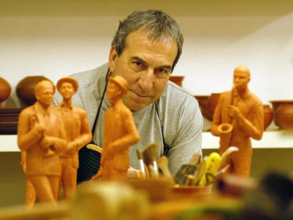 José Luis Perales, el gran trovador español, ante unas figuras de barro que simbolizan una orquesta de jazz