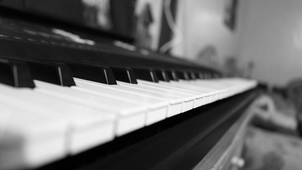 Teclas de un piano en perspectiva