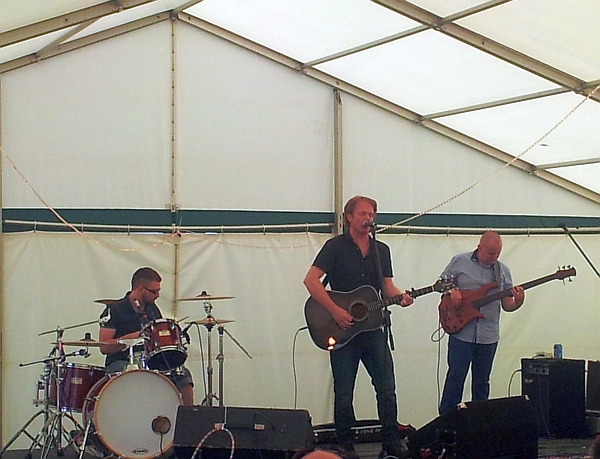 Stevie Jones with his band on the acoustic stage