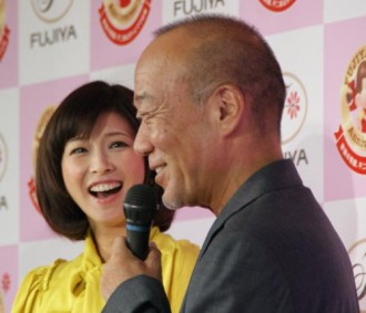 <写真>森高千里(奥)と作曲家の久石譲(2010年8月30日)