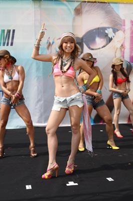 <写真>海の家でライブを行った倖田來未(2010年8月3日)