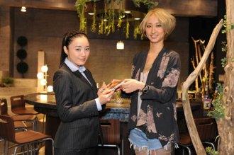 【写真】Ms.OOJAが仲間由紀恵にCD手渡し(2012年1月13日)